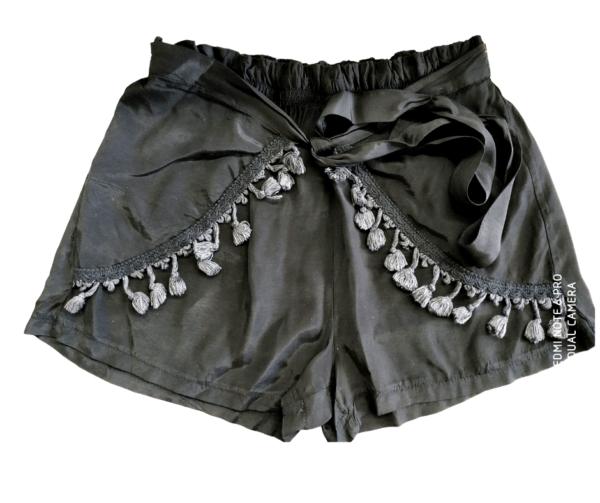 Črne kratke hlače iz viskoze z elastiko v pasu in okrasnim pasom