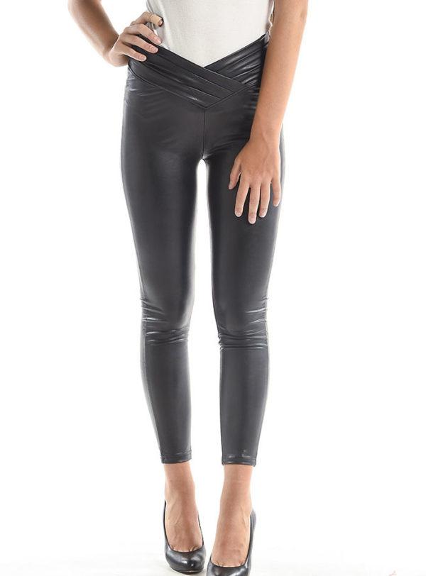 Visoke črne hlače iz elastične imitacije usnja