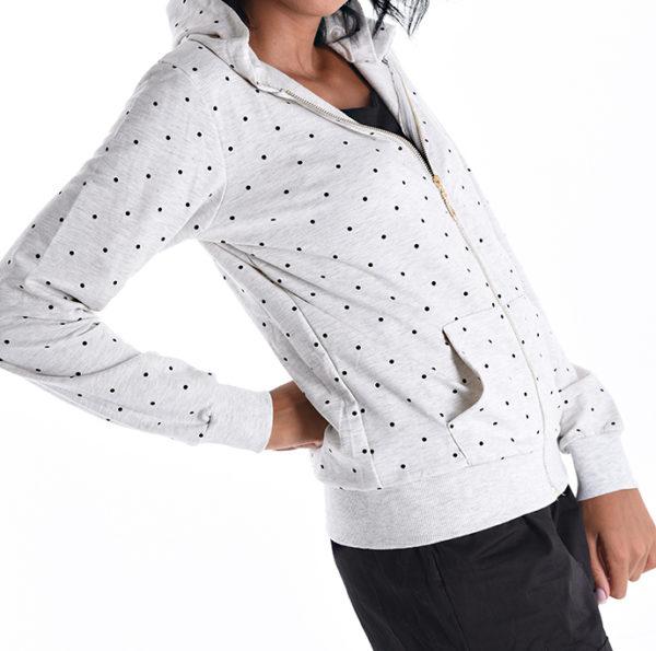 Majčka s kapuco bele barve s pikčastim vzorcem