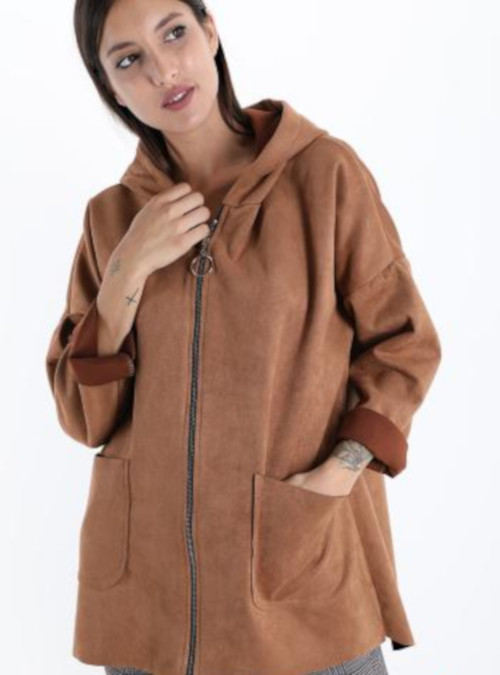 Majčka s kapuco rjave barve s pikčastim vzorcem